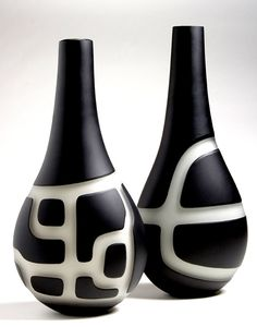 Anu Penttinen - looks like black slip, wax a pattern, then wipe away the slip & a little clay from the non-waxed, negative areas Ceramic Clay, Ceramic Vase, Ceramic Pottery, Pottery Art, Bottle Painting, Bottle Art, Bottle Crafts, Sculptures Céramiques, Sculpture Ideas