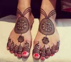 Check beautiful & easy mehndi designs 2020 ideas for mehandi ceremony. Save these latest bridal mehandi designs photos to try on your hands in this wedding season. Henna Hand Designs, Dulhan Mehndi Designs, Mehandi Designs, Mehndi Designs Finger, Peacock Mehndi Designs, Legs Mehndi Design, Modern Mehndi Designs, Mehndi Design Pictures, Wedding Mehndi Designs