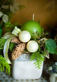 Weihnachtsgesteck in grün Repinned by www.gorara.com
