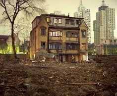 Essa solitária casa do século XX em um bairro de Shanghai em desenvolvimento.