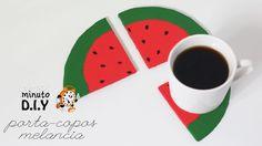 Minuto DIY - Porta copos melancia Aprenda como fazer lindos porta copos em formato de melancia. Faça você mesma fácil e rápido.   (Por: Carla Sant'Anna, blog Burguesinhas)