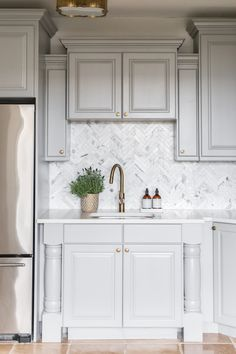 Light gray kitchen design with patterned tiles Studio McGee Light Gray Cabinets, Grey Kitchen Cabinets, Kitchen Nook, Kitchen Tiles, New Kitchen, Kitchen Vignettes, White Kitchen Backsplash, Travertine Backsplash, Mirror Backsplash