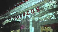 Via Laietana amaga dues parades de metro 'fantasmes' - Barcelona.cat, 26/06/2014. Una de les artèries viàries més importants de Barcelona, Via Laietana, amaga al seu subsòl dues parades de metro, una de les quals mai va arribar a funcionar. L'altra, la de Correus, va quedar en desús l'any 1972 però amb la seva ornamentació pràcticament intacta. Més informació: http://ves.bcn.cat/cmgzy