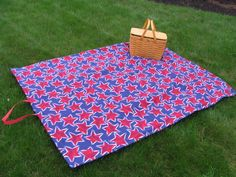 Split Hemz -Sewing.com great tutorial on how to make a waterproof picnic blanket. Want to try this, but I'm a little intimidated by the handles. Need to take a sewing class!