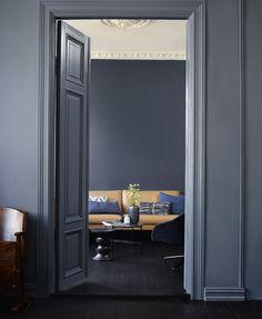 Bakveggen er malt med Deco Blue, mens rommet i front har fått… Dark Walls, Blue Walls, Dark Interiors, Colorful Interiors, Deco Blue, Home Decor Trends, Apartment Design, Elle Decor, Interior Design Inspiration
