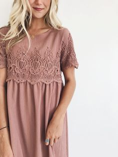 Love the lace incorporated in the dress and such a pretty color. embarazadas fashion fotos ideas moda diet first yoga fashion fotos outfits tips women Fashion Mode, Modest Fashion, Look Fashion, Fashion Outfits, Womens Fashion, Fashion Styles, 50 Fashion, Fashion Boots, Spring Fashion