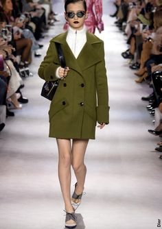 A-t-on encore besoin des directeurs artistiques ?  Entre le scandale Galliano, le burn-out de Christophe Decarnin et la récente défection de Raf Simons, il est légitime de s'interroger sur la pertinence du concept de directeur artistique omnipotent. Pourquoi l'industrie de la mode n'abandonnerait-elle pas ce système quasi monarchique consistant à placer le destin d'une maison dans les mains d'un seul homme ? Défilé Dior