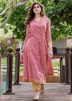 Pakistani Dresses Casual, Indian Fashion Dresses, Dress Indian Style, Pakistani Dress Design, Indian Designer Outfits, Pakistani Kurta Designs, Sleeves Designs For Dresses, Dress Neck Designs, Stylish Dress Designs