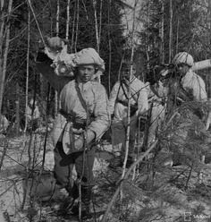 Machine gun team on the move. Pertjärvi, 17.4.1942.