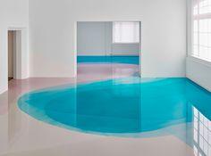 Peter Zimmermann pavimenta con piscine di lucida resina colorata l'intero museo di Friburgo