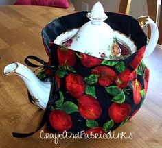 Free sewing pattern. Make a beautiful insulated tea cozy. Easy with this clever pattern.
