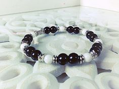 Bracelet fait main homme, composé de perles en verres de bohème, de perles en porcelaines et de perles en rondelles argents. Le bracelet est élastique et mesure 7.5cm de diamètre. Envoyé avec un emballage pret à offrir. FRAIS DE PORT OFFERT !!!!!! (Seulement pour la FRANCE)