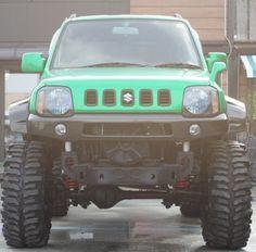Jimny verde modificado y de frente