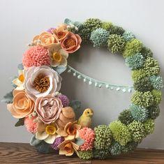 Diy spring wreath - 70 Fresh and Beautiful Spring Wreath Decor Ideas – Diy spring wreath Felt Flower Wreaths, Pom Pom Wreath, Felt Wreath, Easter Wreaths, Felt Flowers, Diy Flowers, Fabric Flowers, Paper Flowers, Mesh Wreaths