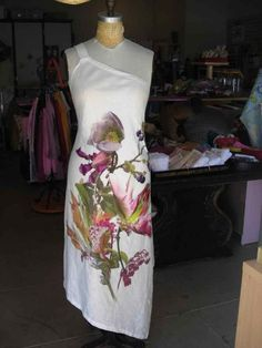 Linen is my favorite textile, and using it bias cut makes this beautiful fabric shape perfectly to your figure.  I found this piece of linen that had a striking photo of a floral bouquet in the...