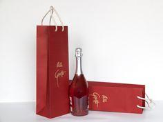 Una Wine Bag con la stessa funzione della Doggy Bag, Personalizzabile graficamente, fondo rinforzato e maniglie in cotone, Riutilizzabile più volte. Strumento di comunicazione visiva.