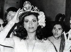 Vilma Goliz Muestra la Corona que le Coloco Judith Castillo Miss Venezuela y Virreina Universal 1976..
