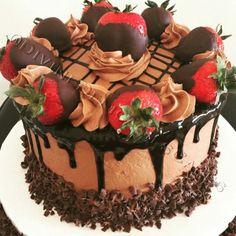 ideas for chocolate buttercream cake design frosting recipes Chocolate Buttercream Cake, Buttercream Cake Designs, Cake Icing, Chocolate Ganache, Buttercream Icing, Chocolate Strawberry Cake, Chocolate Dipped Strawberries, Strawberry Cakes, Strawberry Filling