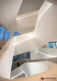 동대문 디자인플라자 내부 계단구조. 소용돌이식으로 생긴 계단은 지루하기때문에 좀더 조형적이고 아름다운 형태로 만들고자 디자인된 계단이다. 울타리부분도 전체적으로 둥그스름해 특이함을 찾아볼수있다.