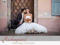 Fotografin: Aschenputtel - Märchenhafte Hochzeitsfotos.  Brautpaar vor einem alten Haus. Mehr außergewöhnliche Fotos der Tiroler Hochzeitsfotografin: http://hochzeits-fotograf.info/hochzeitsfotograf/aschenputtel-marchenhafte-hochzeitsfotos#Fotos