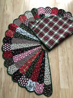ideas diy christmas sewing crafts tree skirts for 2019 Xmas Tree Skirts, Christmas Tree Skirts Patterns, Diy Christmas Tree Skirt, Christmas Tree Pattern, Christmas Crafts, Christmas Trees, Crochet Christmas, Christmas Angels, Christmas Decorations Sewing
