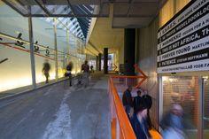 Eines der ersten Hauptwerke von Rem Koolhaas und seinem Büro OMA war die sich in ihrem Innern als spannende Architekturlandschaft präsentierende Kunsthal in Rotterdam.