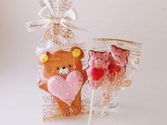 """【クマさんのおえかきクッキー】450円(税別) かわいいクマさんのアイシングクッキーに大きいハートが特徴のクッキー。ハートのアイシングには、""""あめでとう""""""""ありがとう""""など、メッセージ入りのものもご用意しております。※ブタさんチョコは2月・3月の限定商品です。"""
