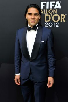 Radamel Falcao Photos - Radamel Falcao poses during the red carpet arrivals of the FIFA Ballon d'Or Gala 2013 at Congress House on January 2013 in Zurich, Switzerland. Fifa, Navy Blue Groom, Blazer Suit, Suit Jacket, Design Bleu, Groom Tuxedo, Party Suits, James Rodriguez, Bow