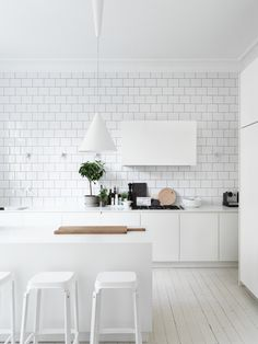 all white kitchen design // white subway tile // white pendant lights // white bar stools // white cabinets Kitchen Dinning, New Kitchen, Kitchen Decor, Stylish Kitchen, Kitchen Styling, Minimal Kitchen, Decorating Kitchen, Dining Room, Küchen Design