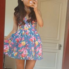 Arianators, if you love the dress floral? this is perfect! Ariana is very creative! :)