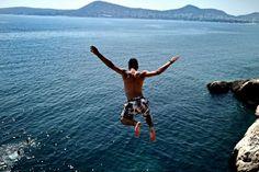Un joven salta al mar en un barrio al sur de Atenas el 28 de julio de 2015