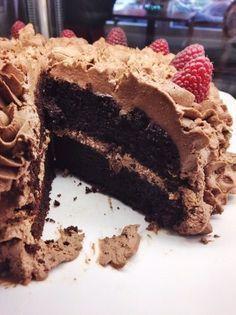 """Åh nästa gång du ska göra tårta så tänkte jag tipsa dig om denna härlighet. Det är en riktigt mustig härlig chokladbotten där """"the secret ingredient"""" är majonnäs. Den blir så otroligt saftig av det men sätter absolut ingen smak. Tvärtom känns det som det förhöjer smakerna ytterligare. Botten innehål"""