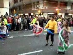 Comparsa de ecuatorianos en Carnaval de Barcelona, en la carretera de sants