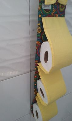 Decoração é tudo!!! Seu banheiro não merece ficar esquecido, para isso, deixe-o cheio de charme com esse porta papel higiênico fofo!!!   Seus convidados vão adorar! Impossível passar despercebido!:)  Estruturado em manta acrílica, comporta 3 rolos de papel higiênico.    **Consulte a disponibilida...