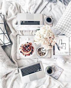 Laptops and breakfast in bed - flatlay Blog Instagram, Photo Pour Instagram, Disney Instagram, Fall Inspiration, Flat Lay Inspiration, Pc Photo, Estilo Blogger, Flat Lay Photography, Breakfast Photography