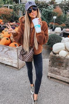 Sexy Fall Outfits Guaranteed To Get You Noticed - Hi Giggle! Need some sexy outfit inspiration from the latest fall fashion. Scroll down to check out subtly sexy fall outfits guaranteed to get you noticed. Sexy Outfits, Winter Fashion Outfits, Casual Fall Outfits, Mode Outfits, Fall Winter Outfits, Look Fashion, Autumn Fashion, Young Fashion, Country Winter Outfits