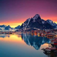 Inverno. Isole Lofoten. Nella Norvegia del Nord la notte polare ha i colori dell'arcobaleno! (Foto: Christian Bothner/Nordnorge.com)