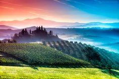 ルネッサンスが起こった中心地フィレンツェやピサななどの古都、さらにはワインの生産地としても有名なイタリア・トスカーナ地方7色に染まる幻想的な景色の写真です。プリズムに光を当てたかのような色と光の層が...                                                                                                                                                                                 もっと見る