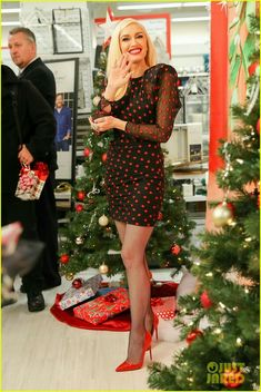 Gwen Stefani Gets Festive While Promoting & Make It Feel Like Christmas& Gwen Stefani Legs, Gwen Stefani And Blake, Gwen Stefani Style, Gwen Stefani Fashion, Gwen Stephanie, Bas Sexy, Pantyhose Outfits, Nylons, Great Legs