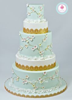 KIT BOX blossom cutter used by Fancy cakes by Linda to create this beautiful cake