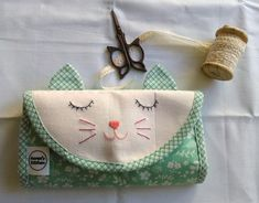 Aurea´s Kitchen: Costura: Kitty Caddy Clutch Quilt Along Sewing Projects, Coin Purse, Kitty, Quilts, Wallet, Kitchen, Pattern, How To Make, Lavender Bags