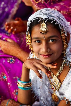 India | Portrait of a young girl in traditional dress during the annual Mewar Spring Festival, also referred to as the Gangaur Festival, located at Gangaur Ghat on the shore of Lake Pichola | © Kimberley Coole