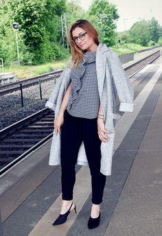 Bluse in Sommer Karo Schwarz-Weiß grauer Sommermantel aus Wolle / Outfit