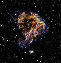 Fogos de artifício celestiais Os filamentos, que de longe parecem delicados, são na verdade restos de uma explosão estelar.