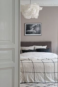Velvet headboard for a feminine touch in the bedroom. Dress it up in masculine colours and you have the perfect mix.
