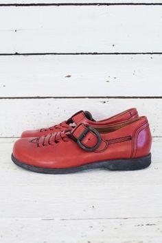 Mijn hartje ging sneller kloppen bij het vinden van deze partij ongedragen vintage schoenen. Schattige Mary-Janes, unieke two-tones, dr. Martens.... allemaal in nieuwstaat!  Check de unieke collectie, de komende tijd zal er meer worden toegevoegd, dus blijf de shop in de gaten houden. www.sugarsugar.nl #deadstockvintage #deadstockshoes #onlinevintage #newvintageshoes #vintageshoes #vintagedrmartens #vintagedocs #think!shoes