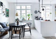 Da Helle Grouleff og René Lund Jensen fandt en original københavner-lejlighed med mulighed for at skabe et hyggeligt køkkenalrum, slog de til på stedet. Ved hjælp af farver, fotografier og industrielle elementer har de skabt et skønt, personligt univers.