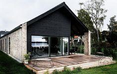 En flot træterrasse og store vinduespartier
