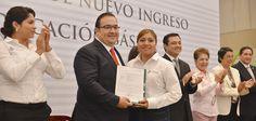 En el evento celebrado en Xalapa, el Gobernador hizo entrega de 10 nombramientos, de un total de 284 y recalcó que los nuevos tiempos requieren personal más calificado y competitivo para asegurar la transformación educativa de Veracruz y México.