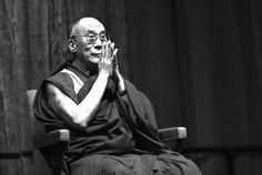 """Der Dalai Lama fährt keinen Porsche. Trägt keine Goldketten. Statussymbole sind für ihn genauso unwichtig wie Jobs und Titel und Applaus oder die Anzahl an Stunden, die sich jemand im Büro hinter Monitoren runter wirtschaftet. Aus seinen Lebensregeln und Zitaten aus Interviews und Büchern geht hervor, was für ihn stattdessen einen """"erfolgreichen Menschen"""" ausmacht. Der"""